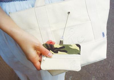 フロントポケットからちらりと覗く、ワンポイントのパスケース。